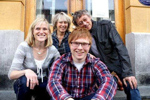 Eilif Bremer Landsend (foran) har fått 100.000 kroner til filmproduksjon fra North Energy. Omgitt av f.v. Camilla Søgård (North Energy), Martha Otte (TIFF) og Knut Erik Jensen (Nordkapp Filmfestival)