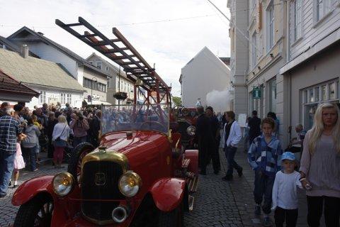 Mykje folk under brannbilparaden og brannøvinga i Florø i ettermiddag.