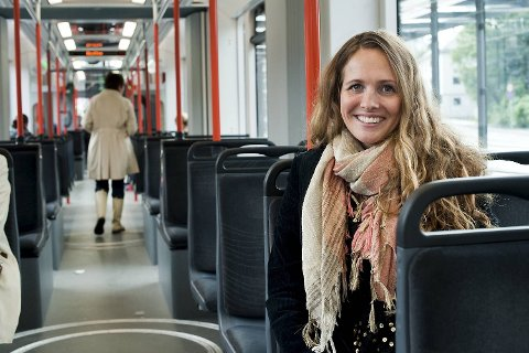 """Heidi Lambach (27) fra Hjellestad syntes det er kult å være """"bybanestemmen""""."""
