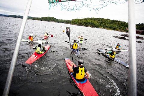 Harde padletak: I helgen fylles Indre havn med årer, baller og kajakker til NM i kajakkpolo. Larvik padleklubb stiller to lag og går for gull på hjemmebane. (Arkivfoto: Peder Torp Mathisen)