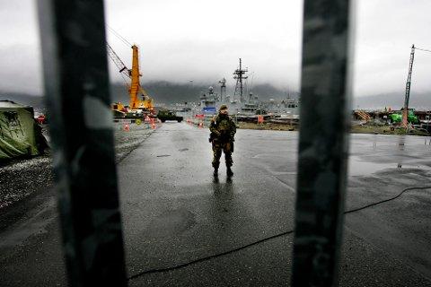 """SIKKERHET: Både norske og amerikanske styrker holdt vakt ved USS """"Taylor"""" under besøket i Tromsø."""