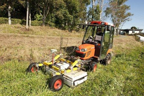 Georadar: Her er traktoren med georadarvognen i arbeid i felten. Utstyret kan avdekke strukturer av oldtidsfunn og kulturminner i jorden. (Foto: Erik Berge)