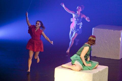 Kraftprøve: «Ventus» er en skikkelig kraftprøve for de fire danserne. Her ser vi (f.v.) Anita Vilenica, Kathrine Nøsted og Kristine Mari Hansen i en scene fra forestillingen. (Foto: Peder Torp Mathisen)