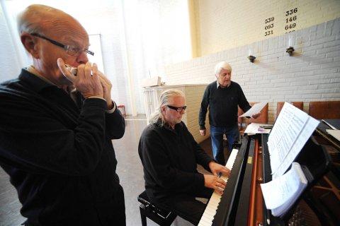 """Telemarkstrioen øver på """"Kom sol på alle mine berg"""", med musikk av Sigmund Groven (på munnspill). Til høyre Sondre Bratland (sang), og på piano Iver Kleive."""