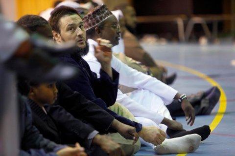 UKJENT: Andrew Wenham har en fortid nesten ingen har visst om. Her er han midt i bildet, med ansiktet mot kamera, under Id-feiringen i Tromsøhallen, etter at Ramadan var slutt i september i år.