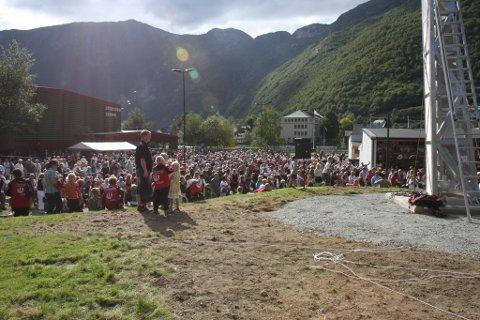 Høyanger samla under avdukinga av Tell Teigen-monumentet sommaren 2008. I løpet av dei tre siste månadane har kommunen fått 16 innbyggjarar fleire.