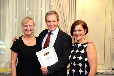 Ståle Bjørnhaug fikk Rolf Gammleng prisen i klassen for scenisk virksomhet Han  fikk prisen av kulturminister Thorild Widvey. Jorunn Sofie Lullau (t.h.) er nestleder i  FFUK som deler ut prisene.