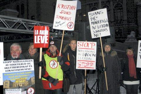 Demonstrasjonen mot nedlegging av lokalsjukehus samla folk frå fleire deler av landet utanfor Stortinget.