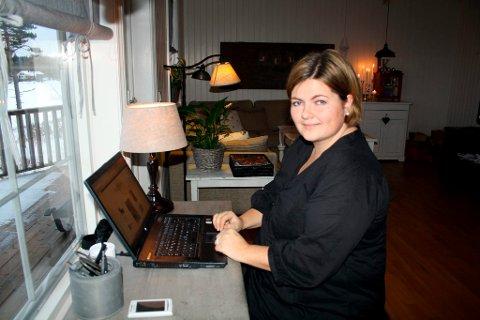 Her i stua på Eik lager Beate Hemsborg interiørbloggen «Beates Verden», som er blitt en ettertraktet blogg der hun skriver om interiør, hjem og familie. Dessuten selger hun ting hun lager via bloggen som også er blitt nettbutikk. ? Bloggverdenen er en fin verden.