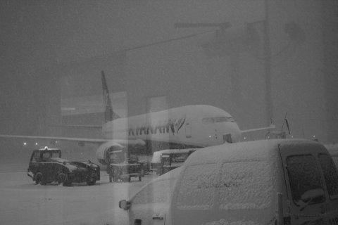 FLY I SNØVÆR: De fire vennene skulle vært med dette flyet tilbake til Rygge, men snøen hindret avgang fra Dublin.