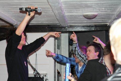 INKLUDERTE PUBLIKUM: Estrangde-vokalist Carl Sebastian Maaseide hadde med seg publikum heile vegen.