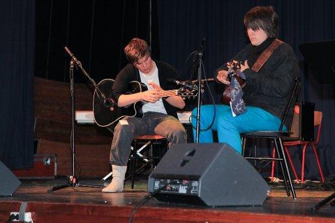Sondre Henden (akustisk gitar) og Sverre Sandvik (akustisk gitar). Dei kom vidare til fylkesmønstringa med den morosame akustiske songen Drifting.