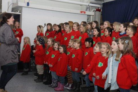 SKIKKELEG TRØKK: Sing Singeling gledde biskopen med flott song i Knarvik senter.