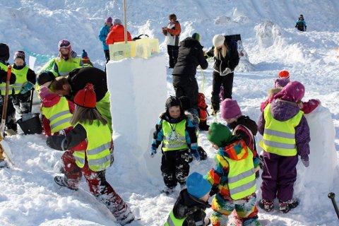 Ivrige barn lager snøskulpturer