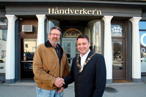 Leif Ingar Liane har overdratt formannskjedet i den tradisjonsrike Porsgrunn Haandverk- og Industriforening til Kåre Fostervold som er valgt til ny formann. Den ærverdige bygningen ble nyoppusset i fjor.