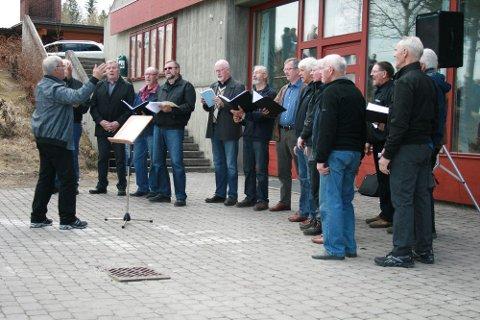 Mannskoret Ljom underholdt med sparksangen