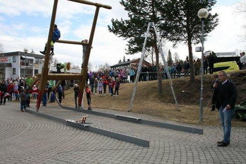 Tynsetsparken ved siden av en modell av Sandefjordsparken