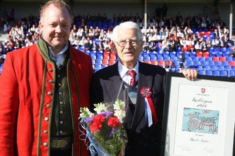 Bengt Solheim Olsen delte ut årets kulturpris til Bjarte Sindre for det framifrå og allsidige kulturarbeid over lang tid.
