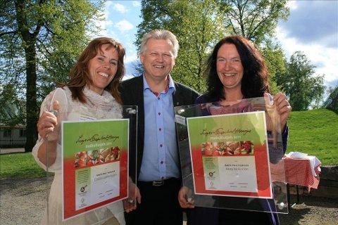 Gratulerer:  Christin Løkke Hagen (tv) og Kirsty McKinnon ble gratulert av en stolt tingvollordfører Ole Morten Sørvik. (Foto: Bioforsk)