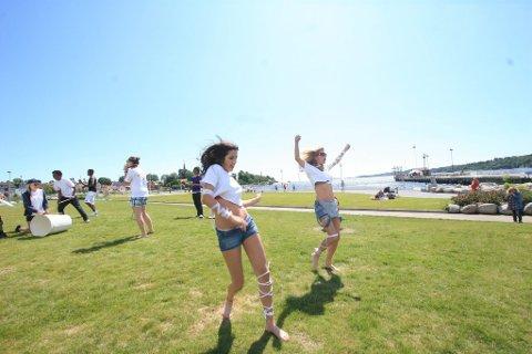 Egne moves: Irma Eminovic (16) har fått dansekurs av Klara Szalai Ørbæk (t.h.) under Opplevelsesuka 2011 denne uka. Sammen hadde de danseoppvisning i Indre havn i går.