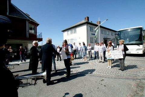 SJAMPIS: John Arne Warholm og Martin Fanebust tar imot korpsgjestene på beste vis; med sjampanje, bynøkkel, fribrev og fanfare.