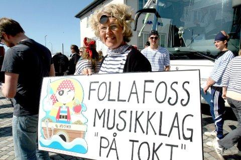 """VAKKERT: """"Velkommen til verdens vakreste småby"""": John Arne Warholm sparte ikke på godordene da Bjørg Rundhaug Storli og resten av Follafoss musikklag ble tatt imot torsdag ettermiddag. (Foto: Ann-Helen Moen)"""