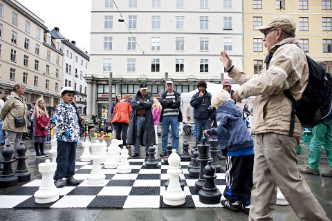 Babeuf Rafii Taghanaki (snart 9) prøver seg på sjakk, med veiledning fra Masoud Rafii Taghanaki.