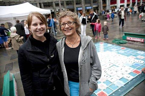 Norges aller første deltaker i scrabble-VM, Anlaug Frydenlund, og visepresident i Norsk scrabbleforbund, Kirsti Næss, har reist fra Oslo for å delta på spillfestivalen.