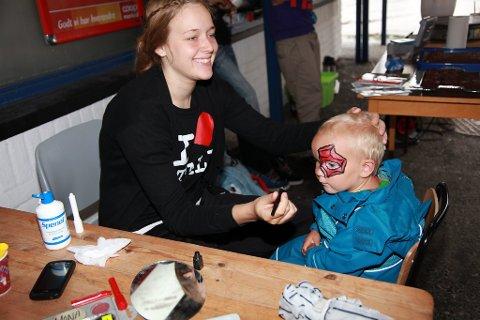 Nordgulen Høgt og Lågt 2011 i Svelgen. Ein spent Erlend Sagmo Nigardsøy (2) fekk ekte Spiderman ansiktsmåling.