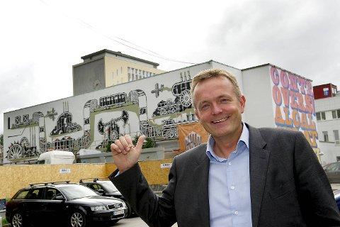 Direktør Ole Hope ved Norges Handelshøyskole forteller at høyskolen ønsket å utfordre det tradisjonelle bildet av skolen ved å invitere gatekunstnere til å dekorere flere vegger på skolen i forbindelse med 75-års jubileet.
