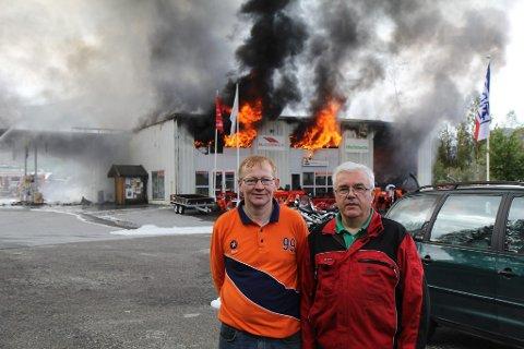 Geir Inge Olsen (t.v) er dagleg leiar for bensinstasjonen, og Bjarne Horsevik sjef for Aase Landbruk som held til i verkstaddelen av bygget som brann måndag.