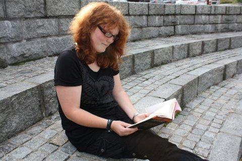 Glad i bøker: Maja Samsonstuen har lenge vært over middels interessert i bøker, og går ikke et sted uten å ha med seg en bok. Nå vil hun gi ut bok.BILDER: LINNEA BOGER