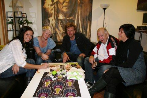 SAMARBEID: Frå venstre: Marit Midtgård og Anne Birthe Gaustad, Salto, Terje Olav Olsen og Sven Samuelsen, Mental Helse og Ingrid Bekkenes, Salto.