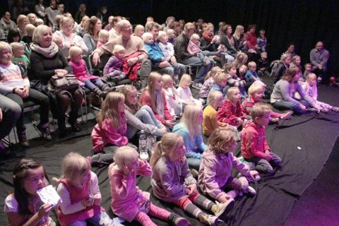 Full blåboks: Det var mange barn og voksne som kom for å høre på rockebandet Plopp synge om kosekluter og yoghurt lørdag.