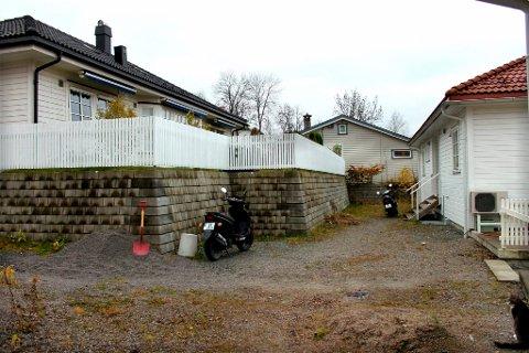 Denne muren i gatestubben Toppen på Moldhaugen har vært stridstema siden 2006. Nedre Telemark tingrett har nå avvist naboen til høyres krav om at muren rives. Isteden må naboen til venstre betale 75.000 kroner i kompensasjon.