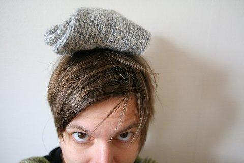 Tungtveiende: I 2010 strikket hun ca. 8,5 kilo klær.  Jeg strikker mye gensere og votter til barna og meg selv. Marerittet er at ungene en dag skal komme hjem og si at ull er teit, da har vi mye klær som ikke blir brukt, sier Merete Jansvik Toft fra Nesna. Foto: Merete Jansvik Toft
