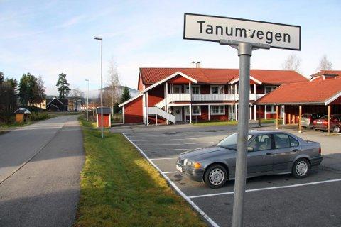 Spanet: I over ett døgn sto en tyskregistrert Audi med 33 kilo amfetamin parkert her ved et boretslag i Tanumveien på Skarnes, godt passet på av politiets spanere. Men også smuglerne spanet, mener politiet.
