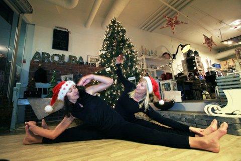 I aksjon på kjøpesentre: Marina Haugen og Ann-Hege Pedersen skal ha yogaoppvisning og samle inn penger til Redd Barna. ? Vi håper å kunne minne folk om at det er viktig å stresse ned og fokusere på barna, sier yogainstruktørene. (Foto: Sigrid Ringnes)