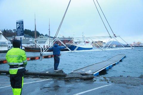 Stormen Berit herjar norskekysten og for å sikre seg mot øydeleggingar byrja senterleiar på AMFI, Jan Tore Solberg å heise på land gjestebryggjene fredag ettermiddag.