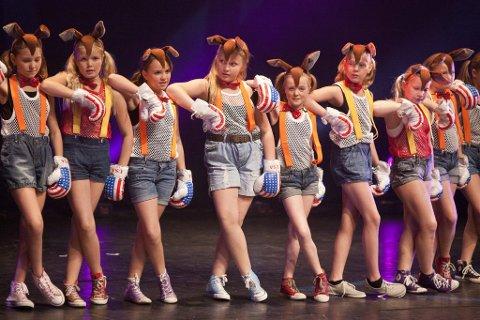 Original: Kenguruer i boksekamp har Kaja Lauten og Karoline Forum Skaara kalt dansen tde har koreografert til 10- og 11-åringene. (Foto: Peder Torp Mathisen)