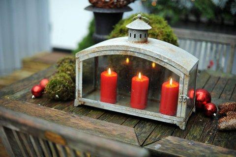 Levende lys får brenne lenge og ofte. Da blir det så koselig å se ut av vinduet, anbefales det.