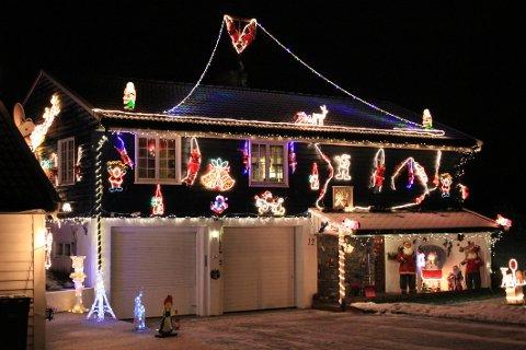 HØY JULEFAKTOR: Dette julehuset kan du se hvis du kjører langs E18 i Ås, sør for Oslo.