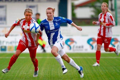 Aldri før har flere Østfold-jenter spilt fotball enn tilfellet er nå. På bildet ser vi Anne Marthe Birkeland (i blått), som spiller for Sarpsborg 08 - det virkelige flaggskipet for kvinnefotball i fylket.