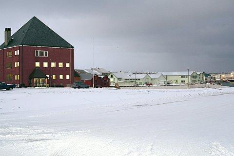 PROBLEMTOMT: Her vil Vardø kommune bygge et nytt flerbrukshus. Det blir i såfall langt dyrere enn plangt.
