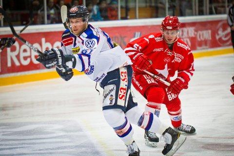FORAN: Spartas Petter Witnes skøyter ifra Stjernens Marius Hagberg. Foto: Thomas Andersen