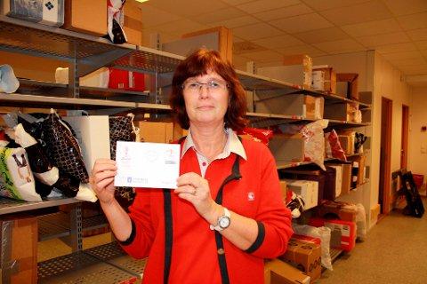 Laila Svendsen ved Stathelle postkontor viser fram konvolutten med OL-frimerket.