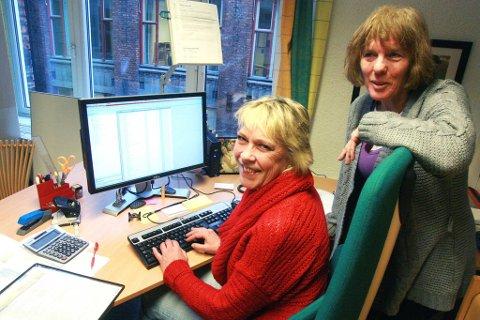 Line Flaten (t.v.) og Irene Berg ved Velferdsetaten i Oslo synes arbeidshverdagen har blitt mye lettere etter at de tok datakurs i høst.