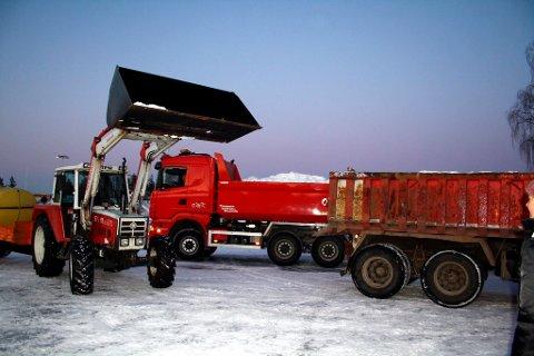 Snøen hentes fra en opplagringsplass ved Isola på Eidanger og Grenland Havns havneanlegg i Voldsfjorden.