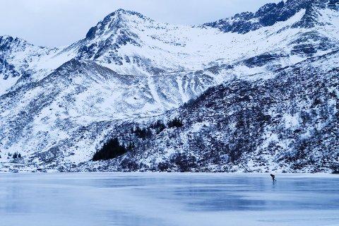 Både små og store har kost seg på skøyter rundt om på vannene i Lofoten de siste ukene. Her fra Hornsvatnet på Vestvågøy.
