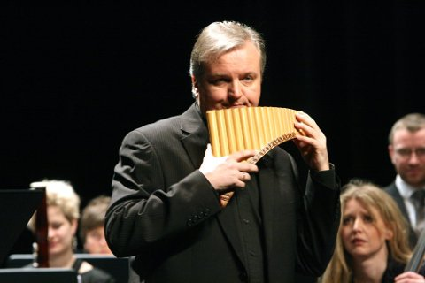 URFRAMFØRING: Roar Engelberg var solist på panfløyte i urframføringen av Hennings Sommerros komposisjon som er spesialskrevet for Engelberg. (Foto: Nils Inge Lorentsen)